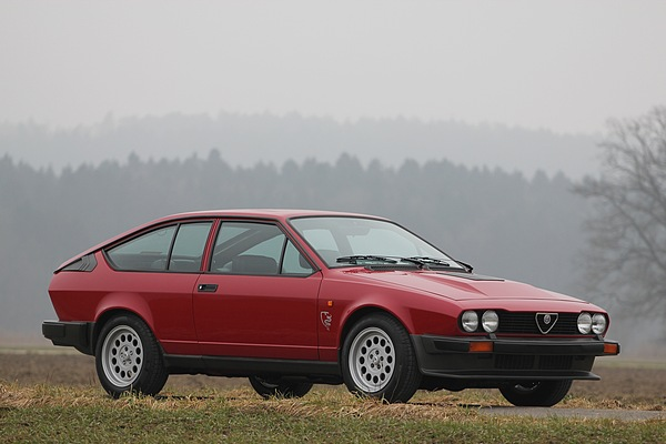 Alfa Romeo Gtv 6 Goldenes Herz In Traditionellem Outfit