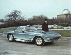 Bild (1/1): Chevrolet Corvette Shark XP-755 (1963) - Bill Mitchell neben dem Shark (© Archiv Automobil Revue)