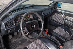 Mercedes benz 190e 2 5 16 evo 1 die evolution der for Interieur mercedes 190