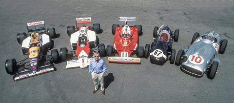 Bernie Ecclestone mit je einem Auto aus den 50er, 60er, 70er, 80er und 90 Jahre - vlnr - Mansells Williams, Laudas McLaren, Regazzonis Ferrari, Cooper von Moss und der Mercedes von Fangio (© Daniel Reinhard)