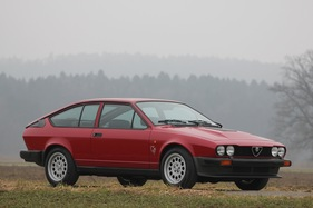 alfa romeo gtv 6 - goldenes herz in traditionellem outfit