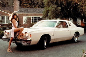 Dodge Midnight Charger (1977) mit «Playboy Playmate of the Year 1977» Patti McGuire (Aufnahmedatum: 1977)