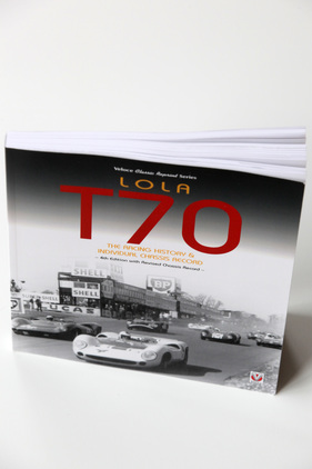 "Bild (1/10): Einband - Buch ""Lola T70 - The Racing History & Individual Chassis Record"" (© Veloce Publishing Ltd (Repro Zwischengas), 2017)"