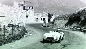 Bild (1/5): Erfahrungen für das Daytona Coupe wurden mit den älteren Cobra Roadsters an der Targa Florio gemacht - Standbild aus dem Film The Snake and the Stallion (© Spirit Level Film, 1960)