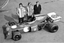 March 721 (1972) - mit Ford-Cosworth-Motor - dahinter Robin Herd, Ronnie Peterson und Max Mosley (© Archiv Automobil Revue)