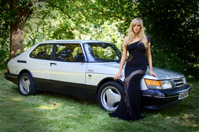 Model Harriadnie Beau mit einem Saab 900 Turbo T16 (1989) (1989)