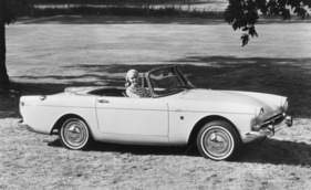 Bild (9/16): Sunbeam Alpine 260 (1965) - in charmanter Begleitung (Archivbild)