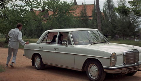 "Mercedes-Benz /8 als Fluchtauto im Bond-Film ""the man with the golden gun"" (© MGM)"