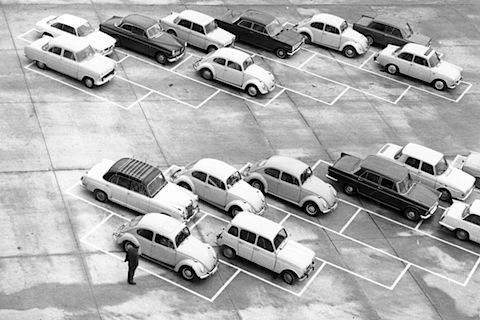 in welchem land fand sich wohl dieser parkplatz oldtimer. Black Bedroom Furniture Sets. Home Design Ideas