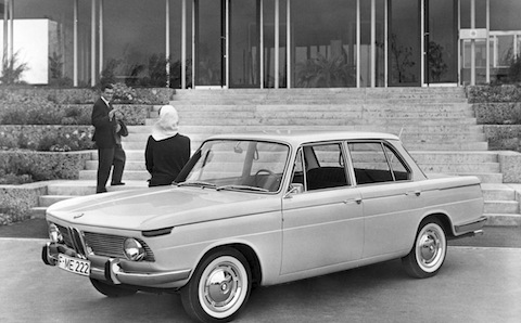 BMW 1500 inmitten moderner Architektur