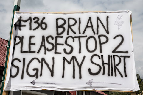 Sign my shirt (© Daniel Reinhard)